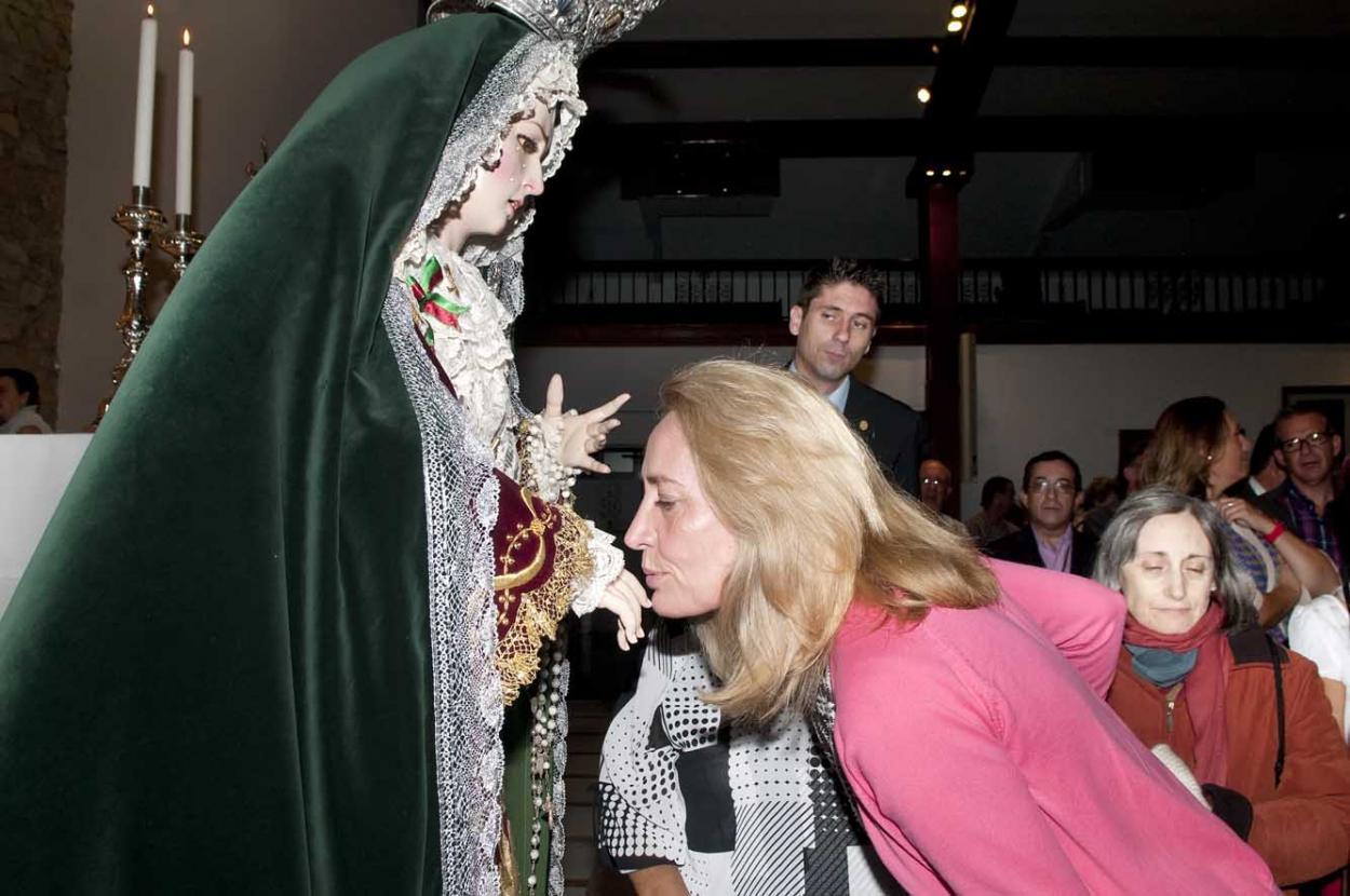 La Alcaldesa preside el Besamanos de María Santísima del Mayor Dolor en la Iglesia Inmaculada Concepción