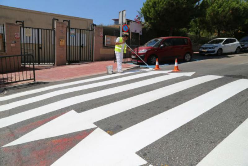 Servicios Operativos acomete el repintado de los nuevos pasos de peatones próximos a los centros educativos con motivo del inicio del curso escolar.
