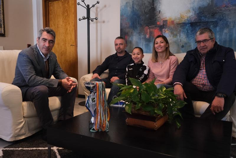 EL ALCALDE Y EL CONCEJAL DE DEPORTES RECIBEN A ORNELLA ROCHA PEPERMANS, SUBCAMPEONA DE ESPAÑA DE KÁRATE