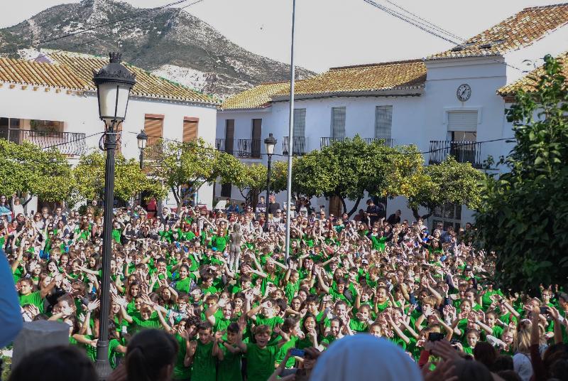 ALUMNOS, PADRES Y PROFESORES DEL COLEGIO JACARANDA ABARROTAN LA PLAZA DE ESPAÑA CON MOTIVO DE LA XXXII MARCHA POR LA PAZ