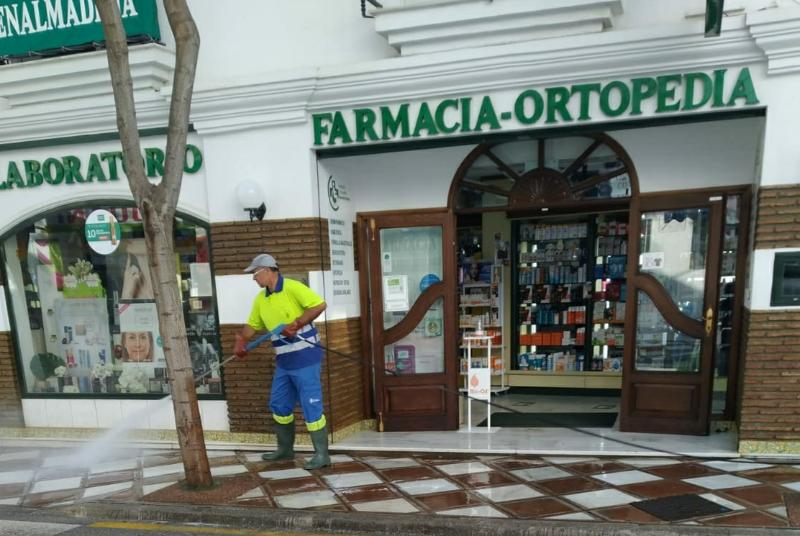 SERVICIOS OPERATIVOS AMPLÍAN LAS LABORES DE DESINFECCIÓN A LOS ENTORNOS DE LAS FARMACIAS DEL MUNICIPIO