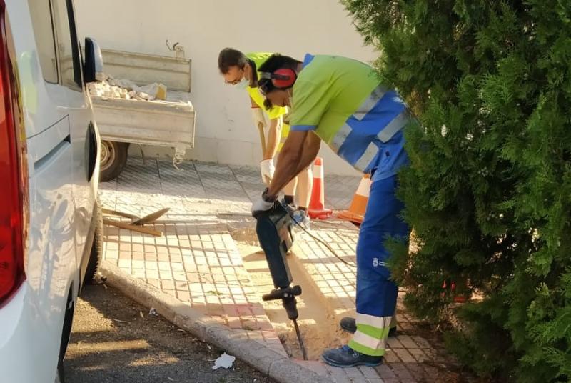 SERVICIOS OPERATIVOS ACOMETEN MEJORAS DE ALUMBRADO EN CALLE HERMANO FRANCISCO