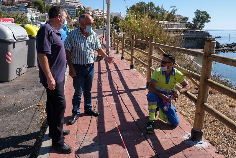 SERVICIOS OPERATIVOS RENUEVAN LA BARANDILLA DEL ACERADO EN LA AVENIDA DEL SOL
