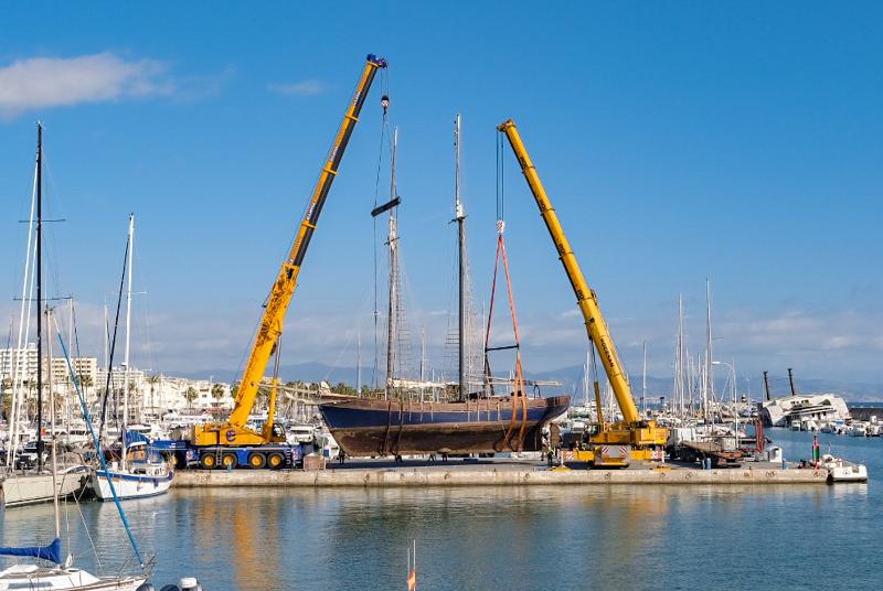 El Puerto Deportivo traslada urgentemente a dique seco un velero de 110 toneladas por riesgo de hundimiento