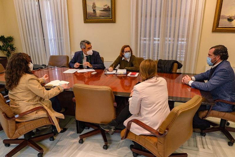 El alcalde valora el informe de ADIF sobre el apeadero de Nueva Torrequebrada con los portavoces de los partidos representados en el Pleno