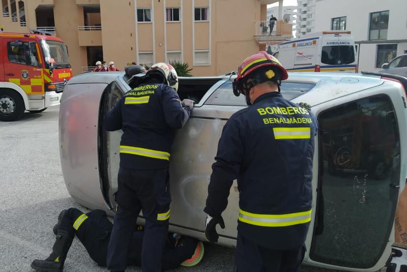 Bomberos realizan prácticas de intervención en accidentes de tráfico