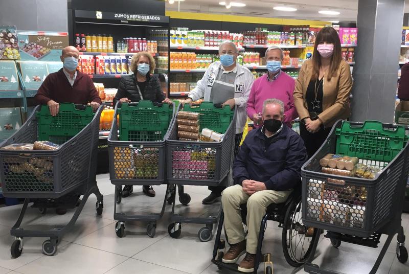 El centro de Participación Activa de Mayores Anica Torres dona 600 euros en alimentos a dos parroquias del municipio
