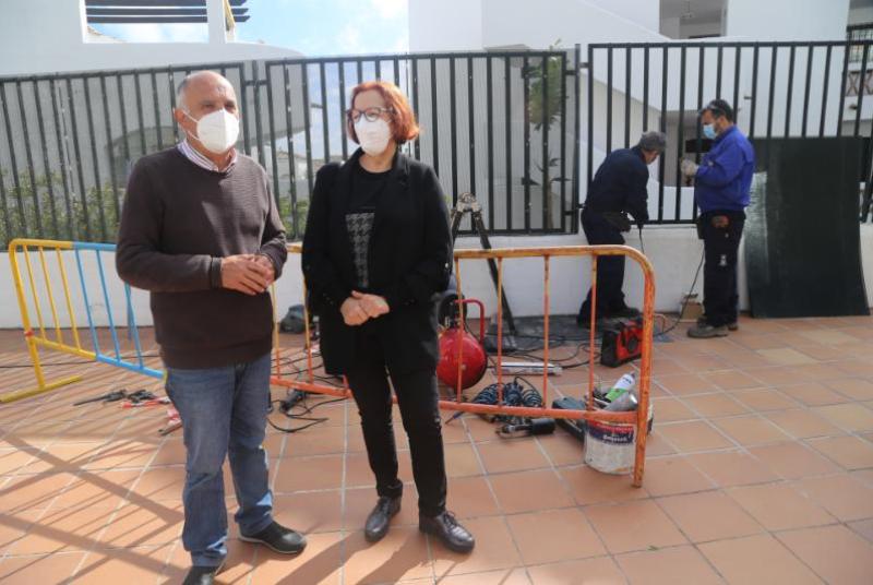 SERVICIOS OPERATIVOS INSTALA UNA MALLA PROTECTORA EN EL PATIO DEL COLEGIO POETA SALVADOR RUEDA