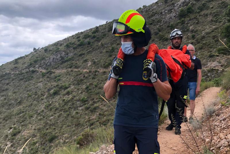 BOMBEROS DE BENALMÁDENA RESCATAN EN LA SIERRA A UNA SENDERISTA FRANCESA TRAS SUFRIR UNA CAÍDA