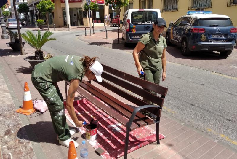 SERVICIOS OPERATIVOS REALIZAN LABORES DE PINTURA EN EL CENTRO DE ARROYO DE LA MIEL