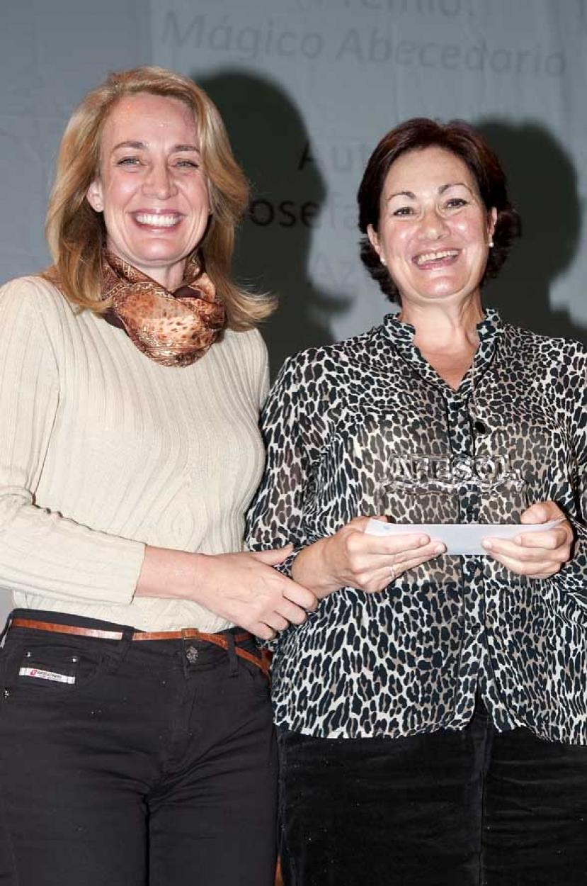 La Alcaldesa entrega el premio a la ganadora del VII Concurso de Poesía 'Costa del Sol' organizado por AFESOL