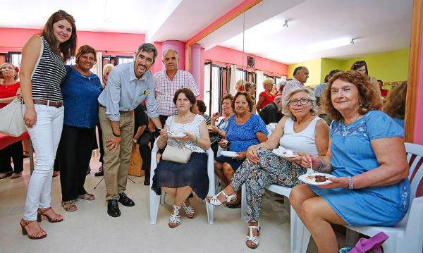 El alcalde Víctor Navas y los concejales de tercera edad, sanidad y participación ciudadana participan en la Fiesta del Plato del Centro de Mayores Anica Torres