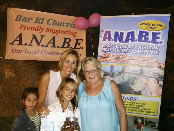 La Asociación de Natación Adaptada Benalmadense recibe un donativo de 1.900 euros del bar El Chorrillo