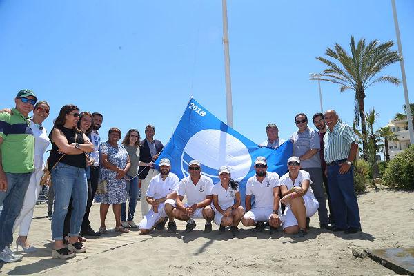 El Alcalde Víctor Navas y la Concejala Encarnación Cortes presiden el Acto Institucional de Izada de Banderas Azules
