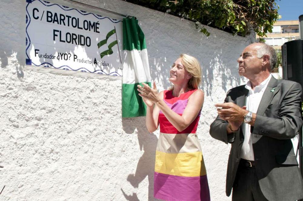La regidora preside el acto de entrega del título de 'Hijo Adoptivo' a Bartolomé Florido