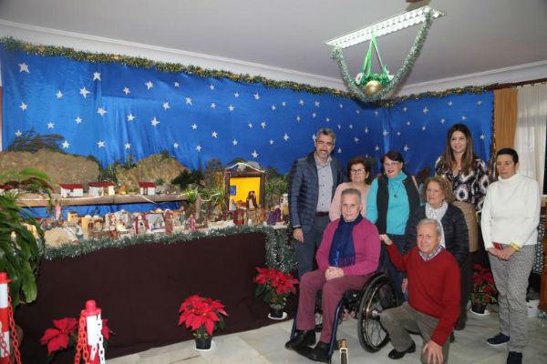 El Alcalde Víctor Navas y la concejala Irene Díaz visitan el Belén  del centro de participación activa de mayores Amica Torres.