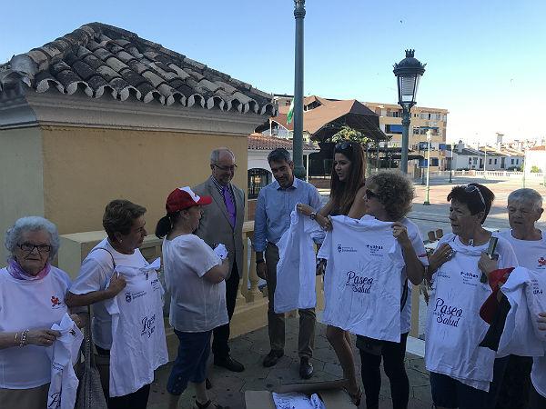 Los participantes del programa 'Paseo por la Salud' reciben nuevas camisetas donadas por Xanit