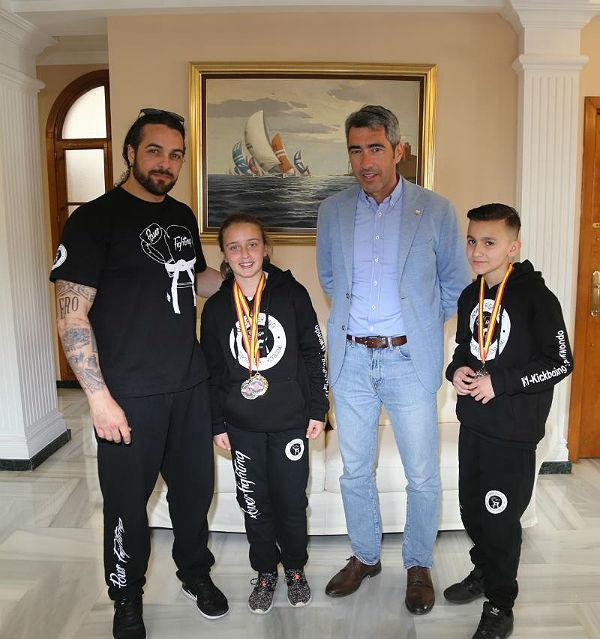El Alcalde mantiene un encuentro con los jóvenes Campeones Andaluces de Kickboxing Jeremy Cammell y Silvia Mouagni