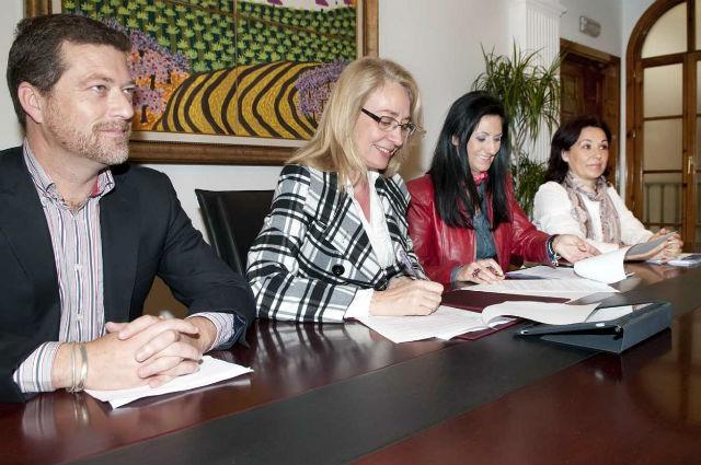 El Ayuntamiento firma un convenio de colaboración con la ACEB para la promoción del carnet joven entre los comerciantes de la localidad