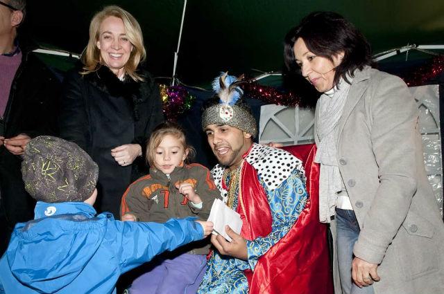 La Alcaldesa participa en la fiesta del Cartero Real en la plaza del Alguacil