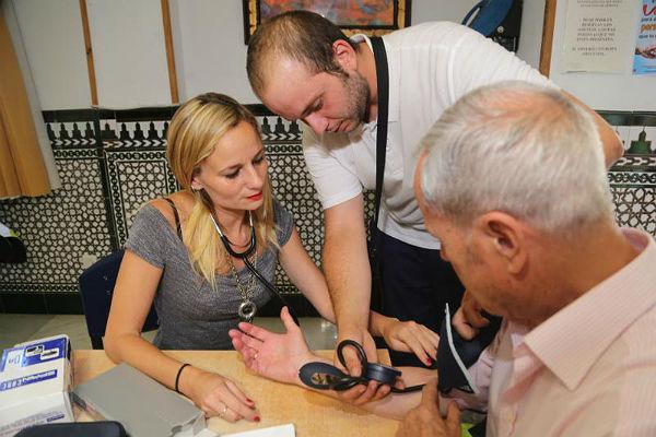 Alumnos del Curso de Transporte Sanitario ofrecen a los usuarios del Centro Anica Torres una charla sobre cuidados frente al calor