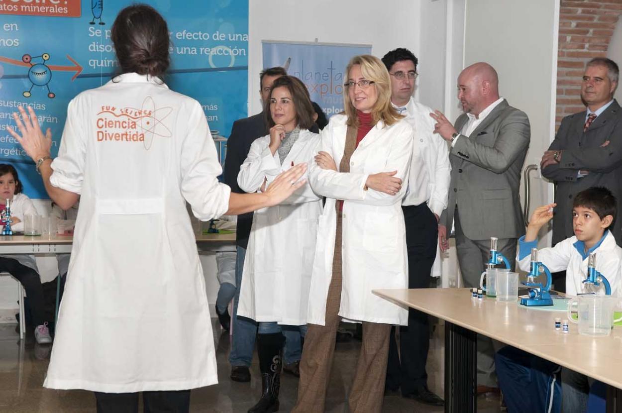 La Alcaldesa de Benalmádena inaugura el espacio de divulgación científica para escolares 'Planeta Explora'