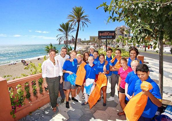 Alumnos del Colegio Noruego de Benalmádena recogen residuos en la playa del Bil-Bil como parte de la asignatura 'Ciudadanía'