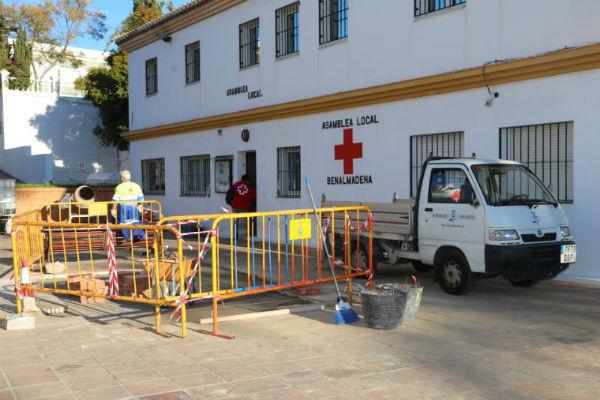 Servicios Operativos procede a la mejora del entorno de la sede de Cruz Roja en Benalmádena Costa.