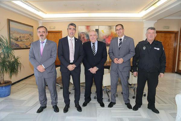 El Alcalde Víctor Navas y los Concejales Javier Marín y Bernardo Jiménez mantienen un encuentro con Julio Ros con motivo de su marcha de la Comisaría Torremolinos-Benalmádena