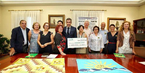La Asociación Lucky Quilters International entrega a Cudeca 1.300 euros recaudados en la exposición que organizaron en el Castillo del Bil-Bil