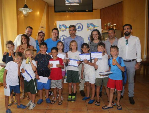 El Alcalde y la Concejal del Puerto entregan los diplomas del primer curso de la Escuela Náutica Municipal.