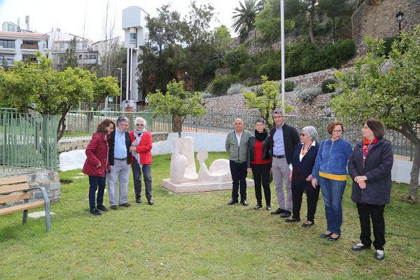 Le escultura 'Pareja Tomando el Sol' de Elena Laverón estrena nueva ubicación en el Parque de los Limones de Benalmádena Pueblo