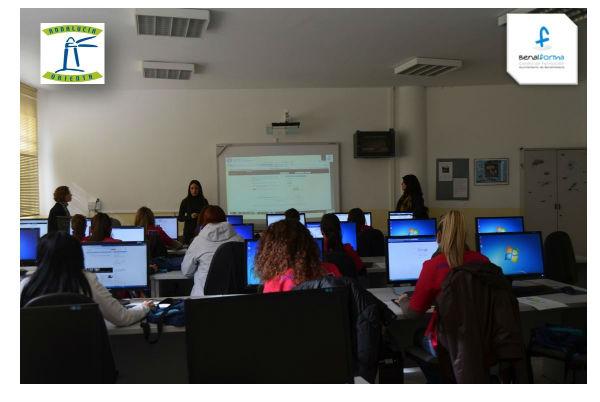Cerca de una veintena de alumnas participan en el taller práctico sobre la red profesional Linkedin