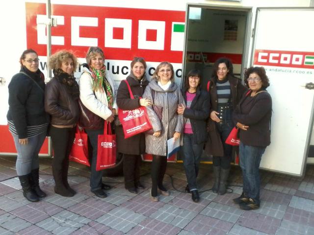 Los trabajadores y usuarios del Área de Igualdad asisten al aula móvil de CCOO
