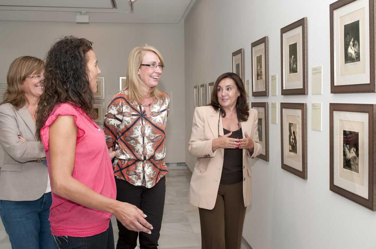 La Alcaldesa destaca la calidad y la relevancia de la oferta cultural de Benalmádena en la presentación de la exposición 'Goya, cronista de una época'