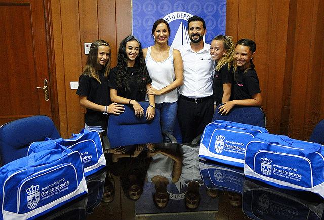 Las ganadoras del certamen nacional de baile 'Vive tu Sueño' visitan el Puerto Deportivo de Benalmádena antes de partir hacia la Gran Final Europea
