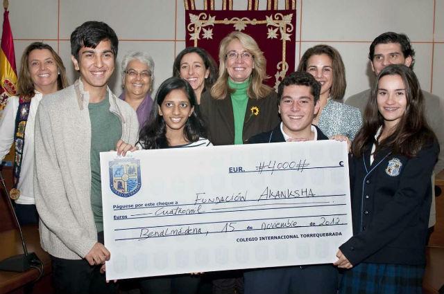 La Alcadesa recibe en el Ayuntamiento a un grupo de alumnos del Internacional School of Bombay y del Colegio Torrequebrada