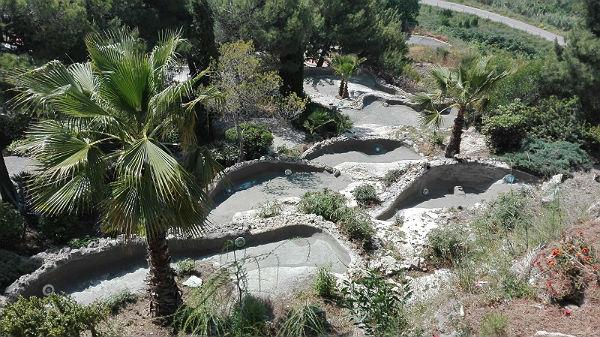 Servicios Operativos acometen trabajos de limpieza y mejora en los Jardines del Muro de Benalmádena Pueblo