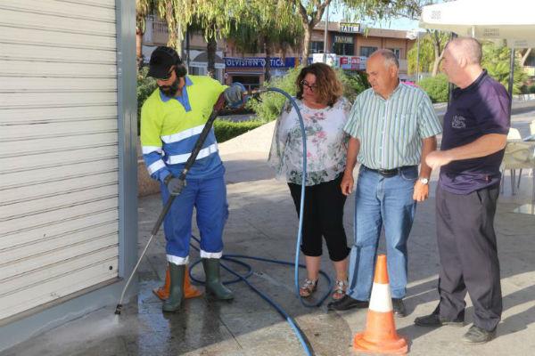 Servicios operativos inicia una campaña para eliminar los restos de chicles pegados en las aceras.