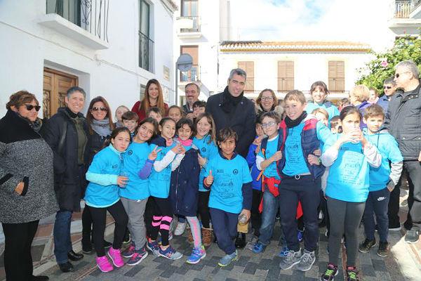 Alumnos, padres y profesores del Colegio Jacaranda abarrotan la Plaza de España con motivo de la XXX Marcha por la Paz