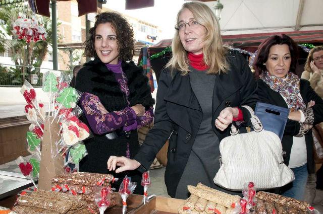 La regidora inaugura el tradicional mercado navideño en la Plaza de la Mezquita de Arroyo de la Miel