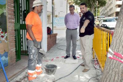 El Ayuntamiento acomete las obras de reparación en el acerado de la avenida Salvador Vicente