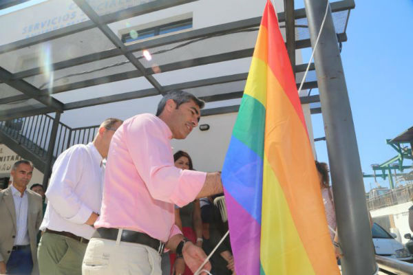 Benalmádena iza la bandera arco iris en el edificio de Bienestar Social con motivo del día del orgullo LGTBI.
