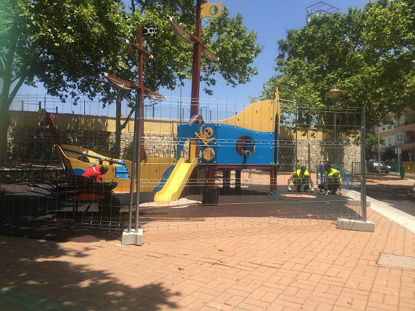 SERVICIOS OPERATIVOS ACOMETEN MEJORAS EN EL PARQUE INFANTIL DE LA AVENIDA SALVADOR VICENTE