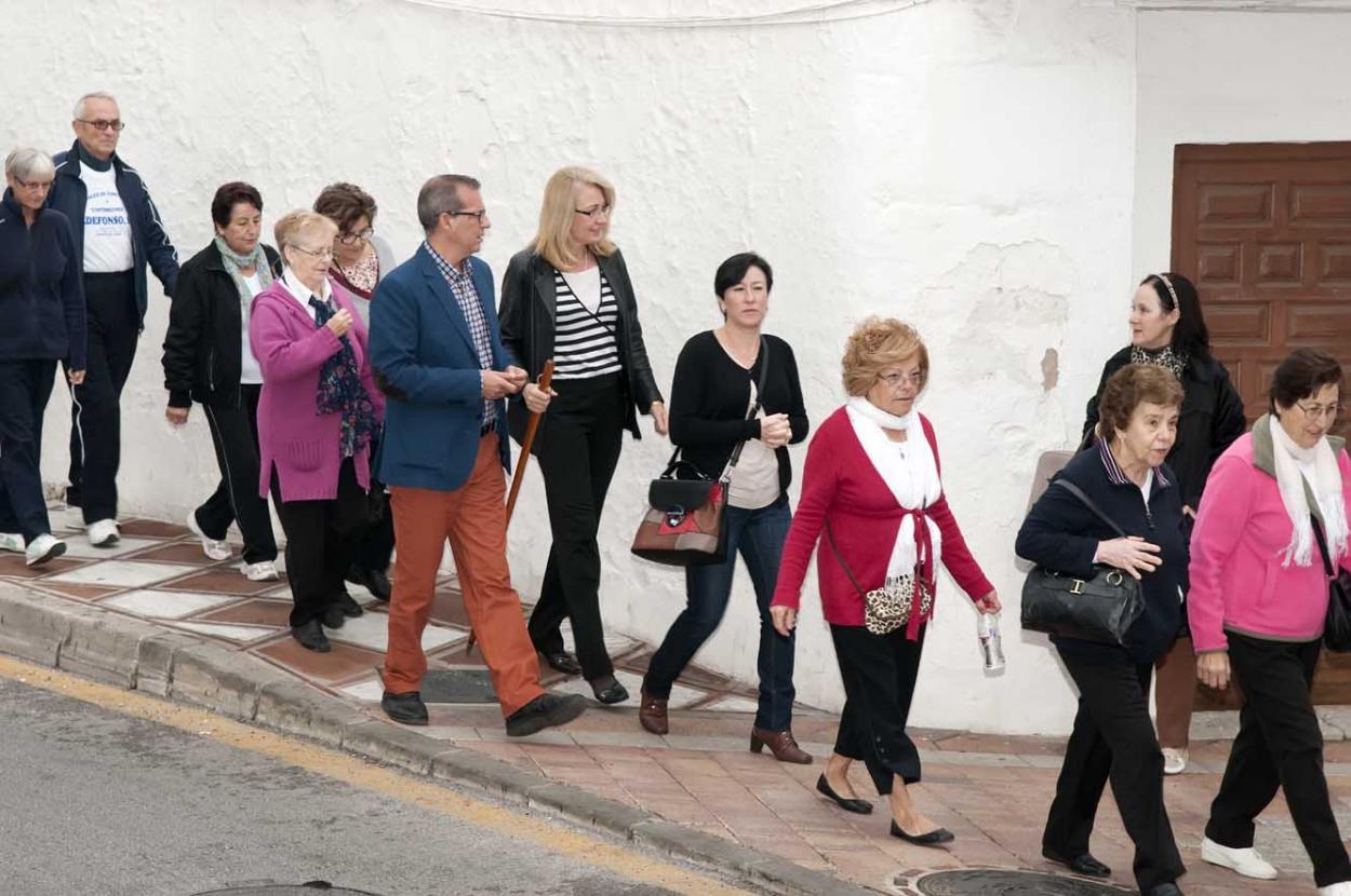 Cerca de un centenar de mayores participan en el Paseo para la Salud de Benalmádena Pueblo
