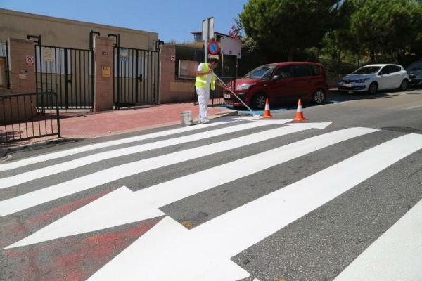 Servicios Operativos acomete el repintado de los pasos de peatones próximo a los centros educativos de cara al inicio del curso escolar