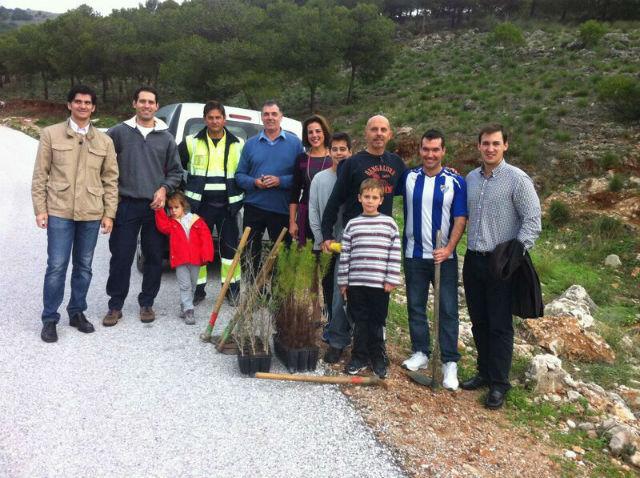 El Ayuntamiento colabora con una iniciativa popular para la plantación de árboles en el sendero del Calamorro
