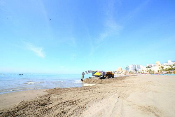 La Concejalía de Playas inicia trabajos de mejora en los accesos a la Playa de Torrebermeja y al Centro de Vigilancia y Socorrismo