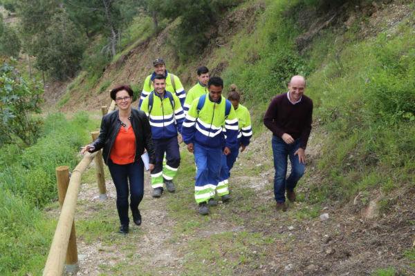 Trabajadores del Plan de Empleo crean una nueva senda forestal.