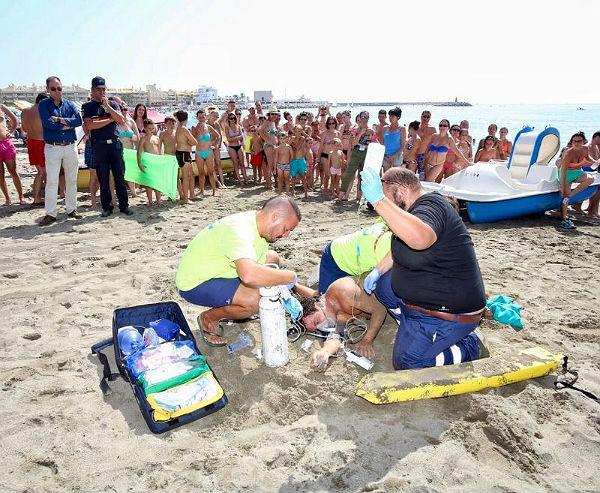 Los servicios de emergencias de Benalmádena realizan un simulacro de socorrismo acuático en la Playa Malapesquera